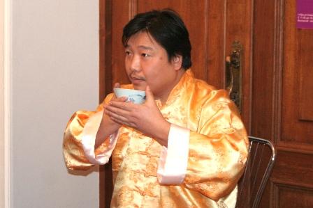 Ван Хуафань с пиалой