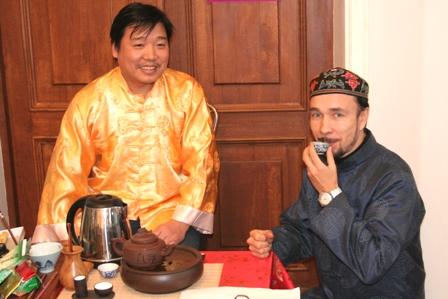 Ван Хуафань угощает чаем ФархатДжа