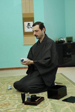 Преподаватель японской чайной школы